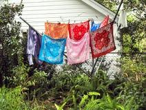 Цветастые Bandanas суша на веревке для белья в ярде Стоковые Фото