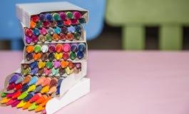 Цветастые crayons на розовой предпосылке Стоковое Изображение RF