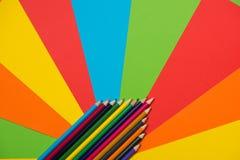 цветастые crayons покрашено различно много карандашей стоковые изображения