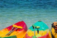Цветастые kayaks на тропическом пляже, Таиланде Стоковая Фотография RF