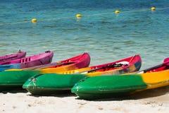 Цветастые kayaks на тропическом пляже, Таиланде Стоковое Фото