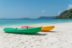 Цветастые kayaks на тропическом пляже, Таиланде Стоковое Изображение RF