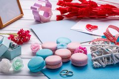 цветастые macaroons Вопрос свадьбы кольца предпосылки яркие wedding белизна открытка с конвертом Стоковое Изображение