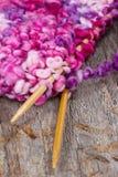 Цветастый вязать и деревянные иглы Стоковые Фотографии RF