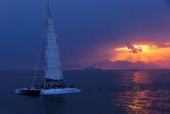 цветастый заход солнца Драматический и атмосферический ландшафт Коста Brava Стоковая Фотография