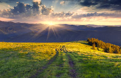 цветастый заход солнца лета гор ландшафта Стоковая Фотография