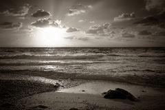 Цветастый заход солнца над морем Стоковые Фото