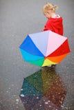 цветастый зонтик малыша девушки дня ненастный Стоковая Фотография