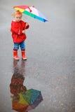 цветастый зонтик малыша девушки дня ненастный Стоковое Изображение