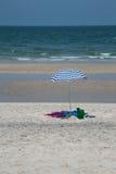 Цветастый идеал зонтика пляжа лета на каникула Стоковые Фотографии RF