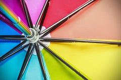 Цветастый конец вверх по конспекту зонтика радуги Стоковое Фото