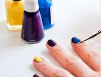 Цветастый маникюр ногтей Стоковая Фотография