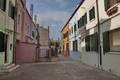 Цветастый остров Burano, около Венеции, Италия Стоковые Изображения
