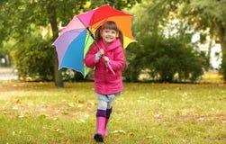 цветастый смешной зонтик девушки Стоковые Изображения RF