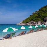 Цветастый стул пляжа с зонтиком солнца Стоковое Фото