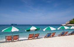Цветастый стул пляжа с зонтиком солнца Стоковое Изображение RF