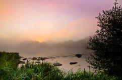 Цветастый туманный рассвет на озере Стоковое Изображение RF