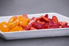 цветастый фруктовый салат Фруктовый салат Яблока, груши, банана, tangerine, груши и гранатового дерева Стоковое фото RF