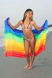 цветастый sarong смешанной гонки девушки Стоковые Фотографии RF
