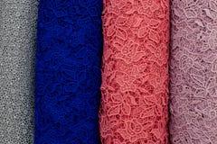 Цвета болтов ткани шнурка голубых, розовых, magenta и серых Стоковые Изображения