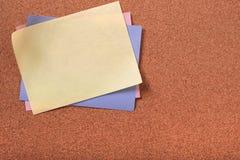 Цвета желтого липкого примечания столба различные cork spac экземпляра предпосылки Стоковые Фотографии RF