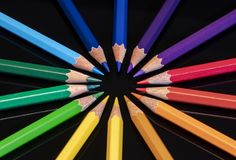 Цвета карандаша радуги в круговом расположении стоковое фото