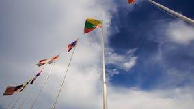 цвета Много щиток знамен на небе Flagstaffs голубом акции видеоматериалы