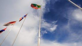 цвета Много щиток знамен на небе Flagstaffs голубом видеоматериал
