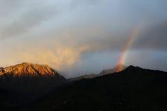 Цвета облака гималайского солнца установленные живые в Гималаях Индии стоковое фото