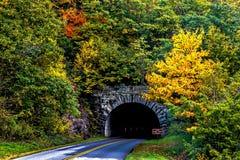 Цвета падения и гора Северной Каролины тоннель Стоковое фото RF