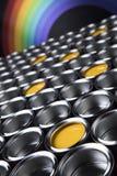 Цвета радуги, группа в составе чонсервные банкы металла олова Стоковое фото RF