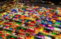 Цвета светлого вида с воздуха ночи множественные настилают крышу верхний рынок выходных Стоковое Фото