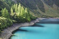 Цвета Brights на воде озера стоковая фотография