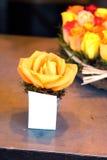 Цветене розы апельсина на таблице Стоковые Изображения RF