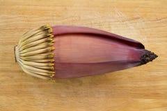 Цветение банана на деревянной предпосылке стоковая фотография rf
