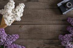Цветение сирени на деревенской деревянной предпосылке с пустым космосом для приветствуя сообщения Взгляд сверху Стоковые Фото