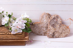 Цветение Яблока, декоративное сердце, старые книги на покрашенной белизне сватает Стоковое Фото