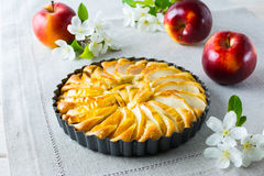 Цветение яблочного пирога и яблока на linen салфетке Стоковое Фото