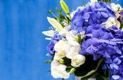 Цветет букет голубого hidrangea и белых eustomas Стоковое Изображение RF