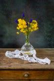 Цветет букет на таблице Стоковая Фотография RF
