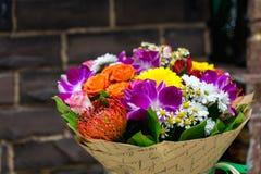 Цветет букет с Leucospermum, розами и орхидеями Стоковое Изображение