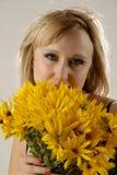 цветет желтый цвет женщин Стоковая Фотография RF