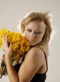 цветет желтый цвет женщин Стоковое Изображение RF