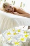 цветет женщина таблицы массажа переднего плана Стоковое Изображение