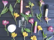 цветет картина предпосылки alstroemeria cream черная деревянная, декоративные косметики Стоковое фото RF