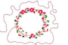 Цветет состав Венок сделанный из свежих роз и высушенных цветков на белой предпосылке Плоское положение, взгляд сверху Стоковые Фотографии RF