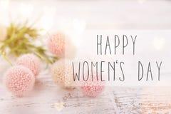 Цветет состав на день ` s женщин Розовые цветки на старой белой деревянной предпосылке стоковое изображение