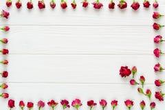 Цветет состав Розовые розы на белой деревянной предпосылке Стоковые Фотографии RF