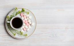 Цветет состав Чашка кофе, высушенные цветки и листья Взгляд сверху, плоское положение Стоковая Фотография RF