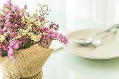 цветет украшение букета на таблице Стоковые Изображения RF